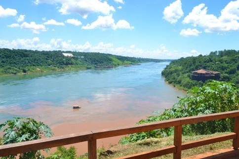 Paraguay, a la izquierda. Argentina, al centro, desde donde hago la foto. Brasil, a la derecha